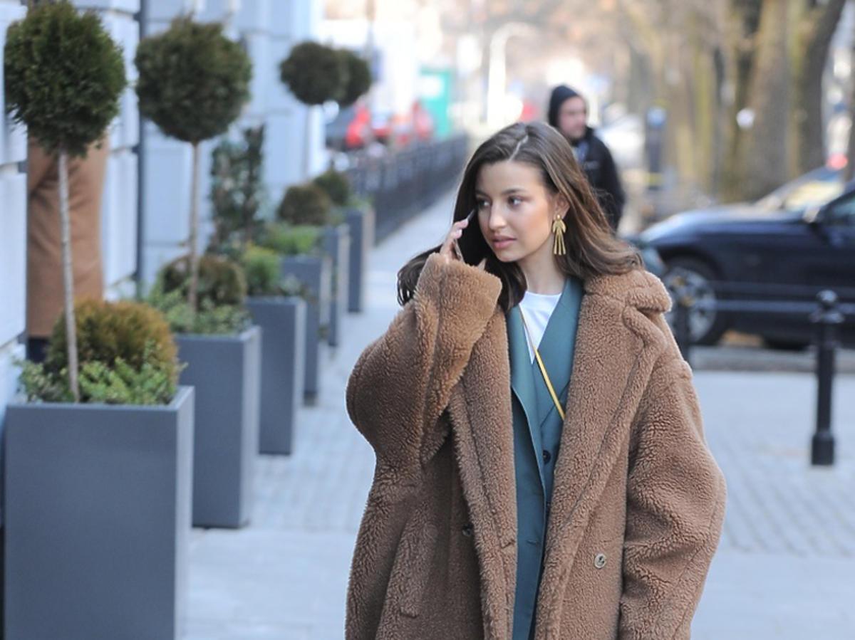 Julia Wieniawa w brązowym futrze