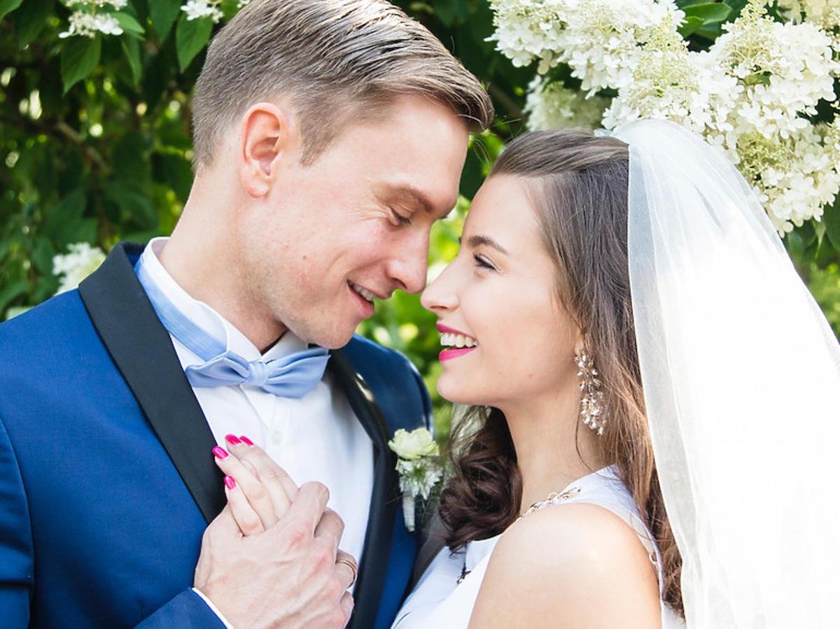 Julia Wieniawa w suknie ślubnej w ciąży i Kuba Wesołowski w garniturze