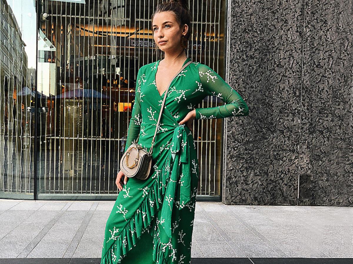 Julia Wieniawa w zielonej sukience i białych sneakersach
