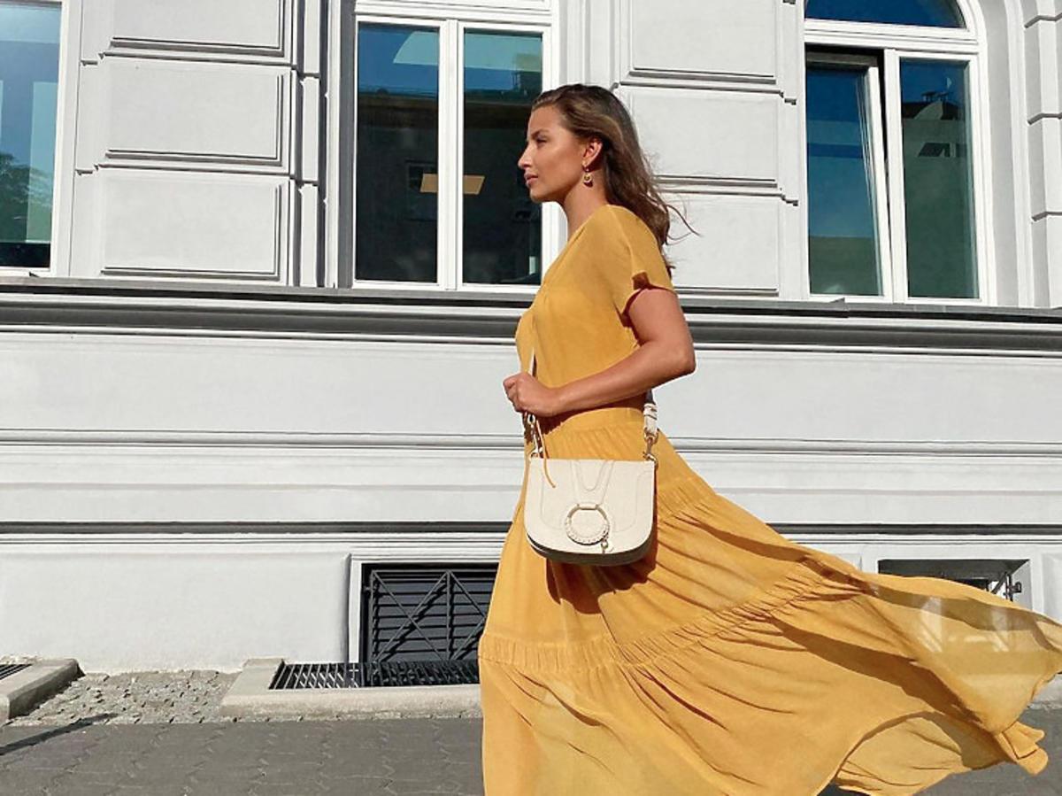 Julia Wieniawa w żółtej sukience i białych adidasach