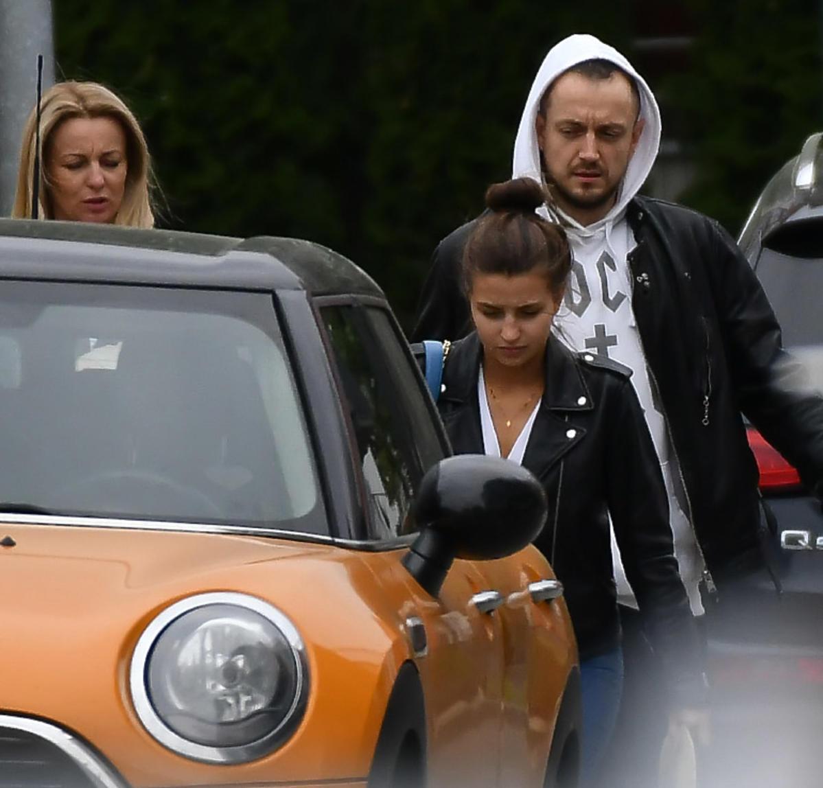 Julia Wieniawa z mamą i Baronem wsiadają do samochodu