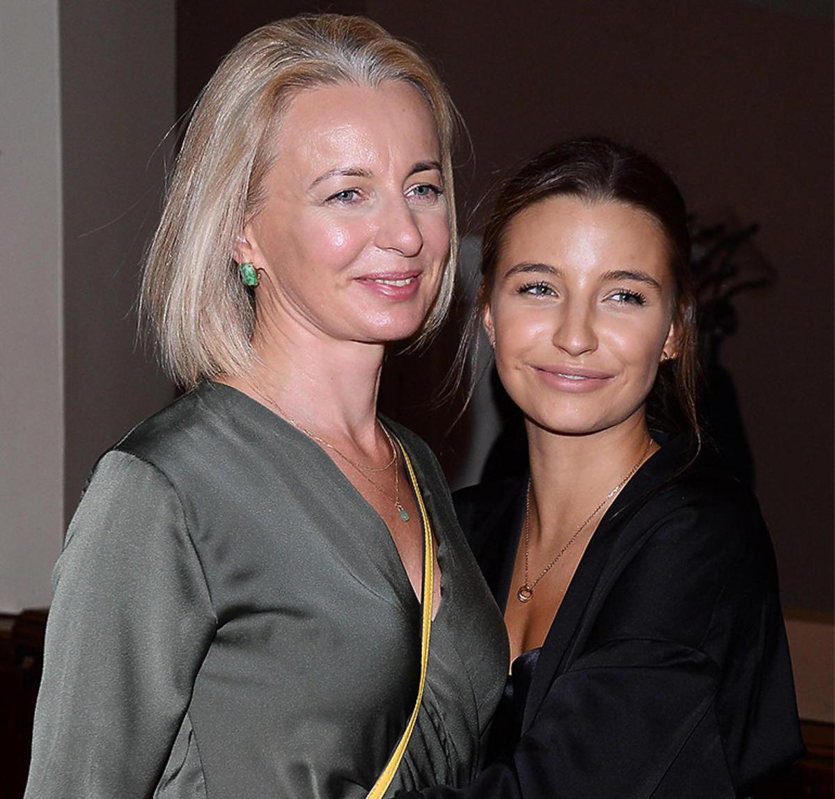 Julia Wieniawa z mamą na premierze