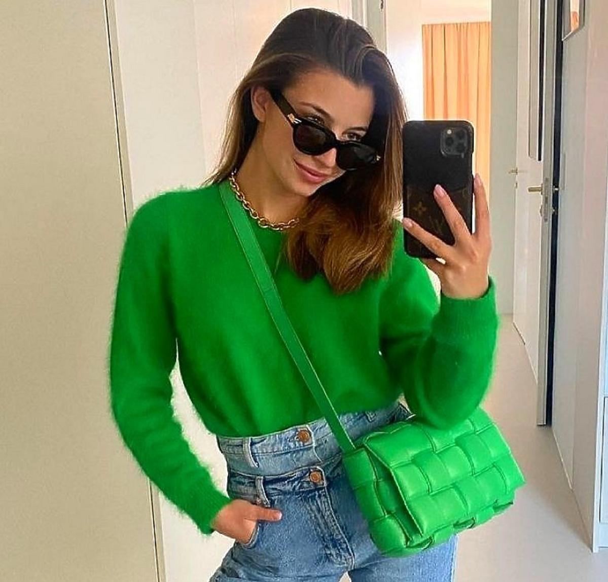 Julia Wieniawa z zieloną torebką