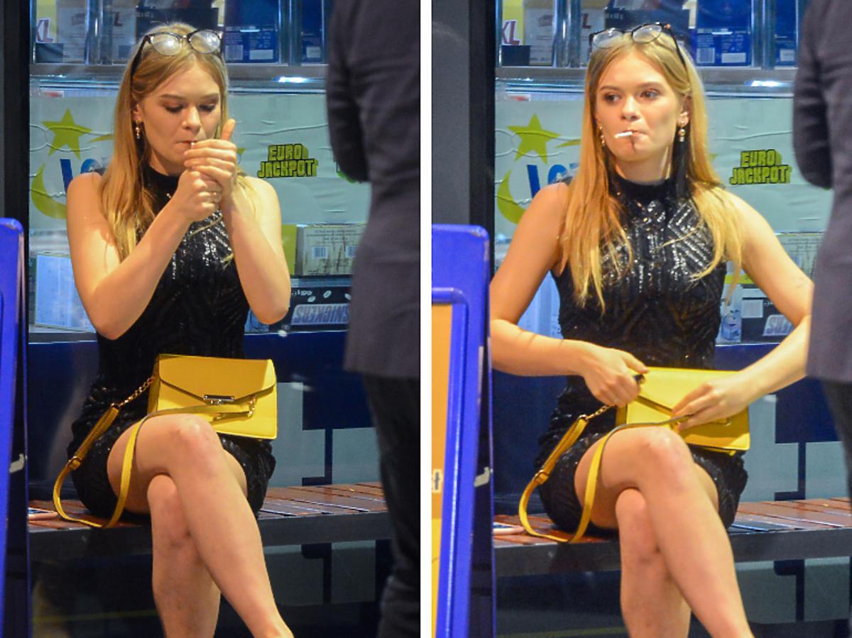 Julia Wróblewska pali papierosy