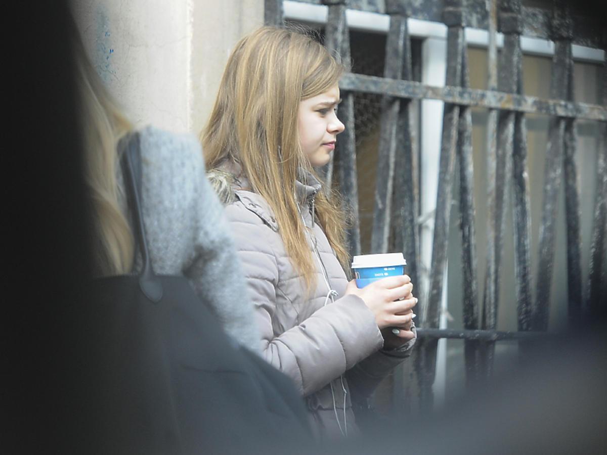Julia Wróblewska przed maturą na papierosie