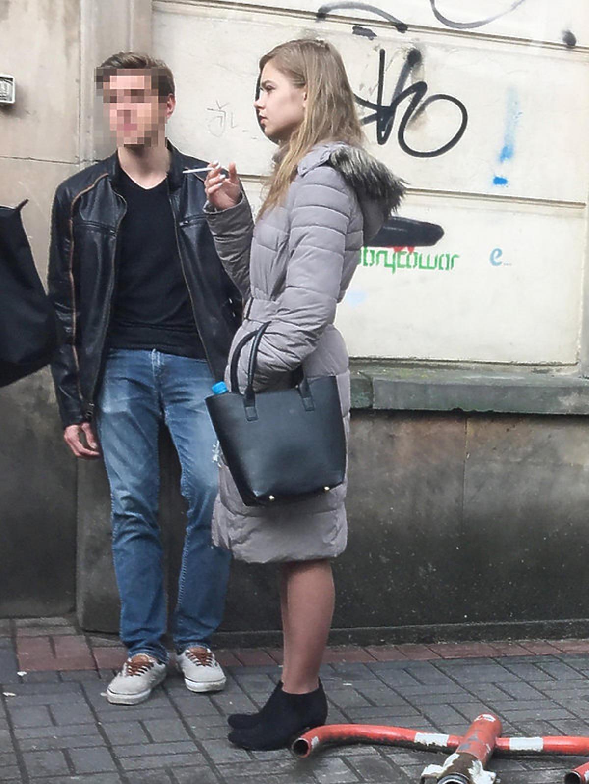 Julia Wróblewska przyłapana na paleniu papierosów