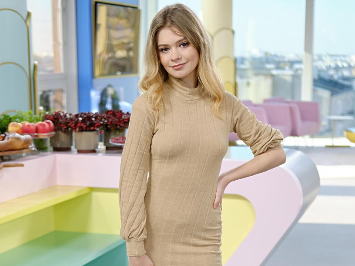 Julia Wróblewska w beżowej sukience