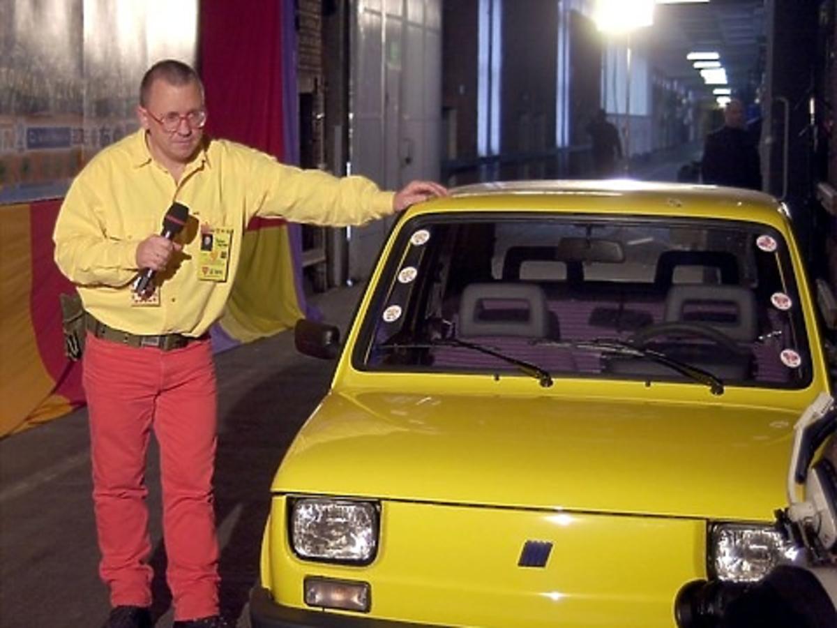 Jurek Owsiak z żółtym maluchem