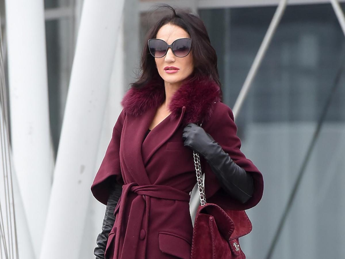 Justyna Steczkowska w bordowym płaszczu pod studiem Pytania na śniadanie