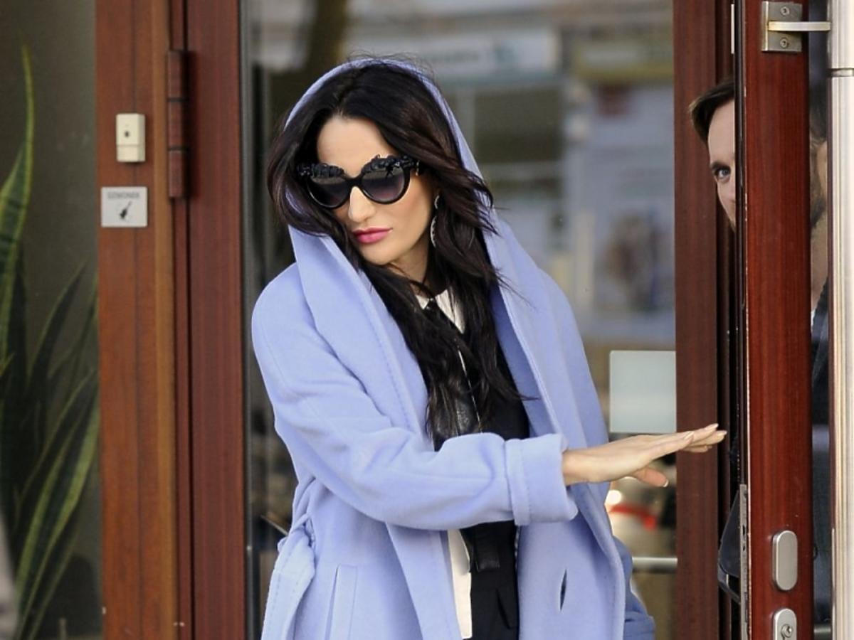 Justyna Steczkowska w niebieskim płaszczu