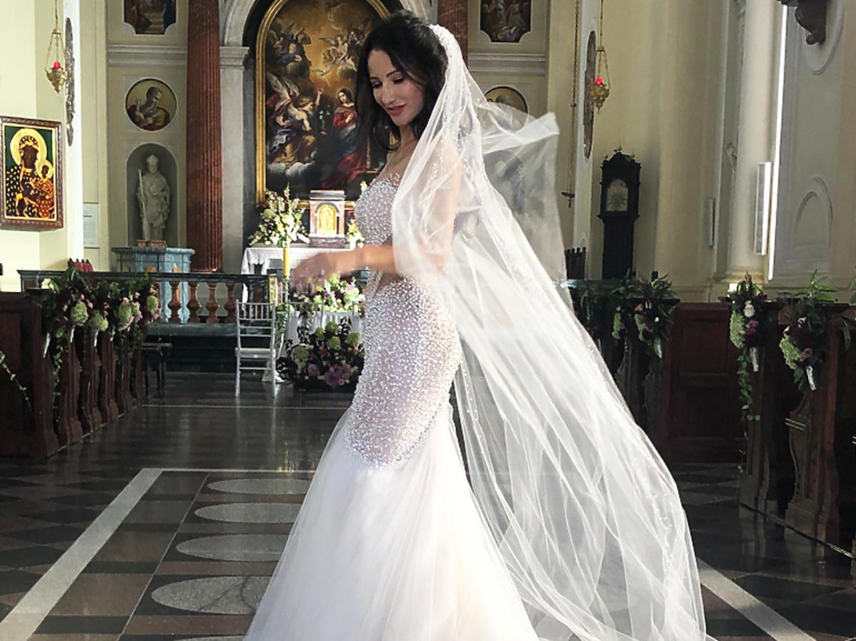 Justyna Steczkowska w sukni ślubnej na planie filmu