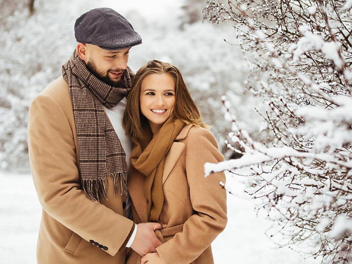 Agnieszka Kaczorowska z mężem w beżowych płaszczach