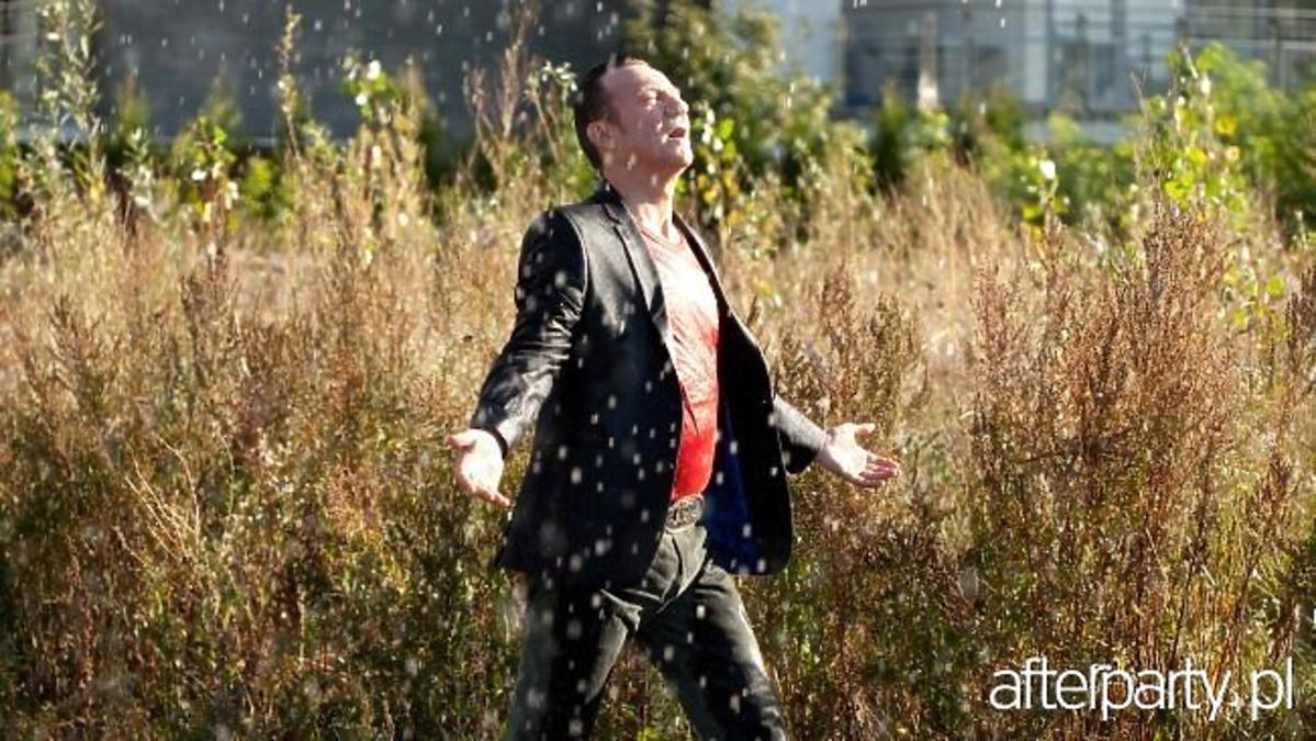 Kadr z filmu Król życia z Robertem Więckiewiczem