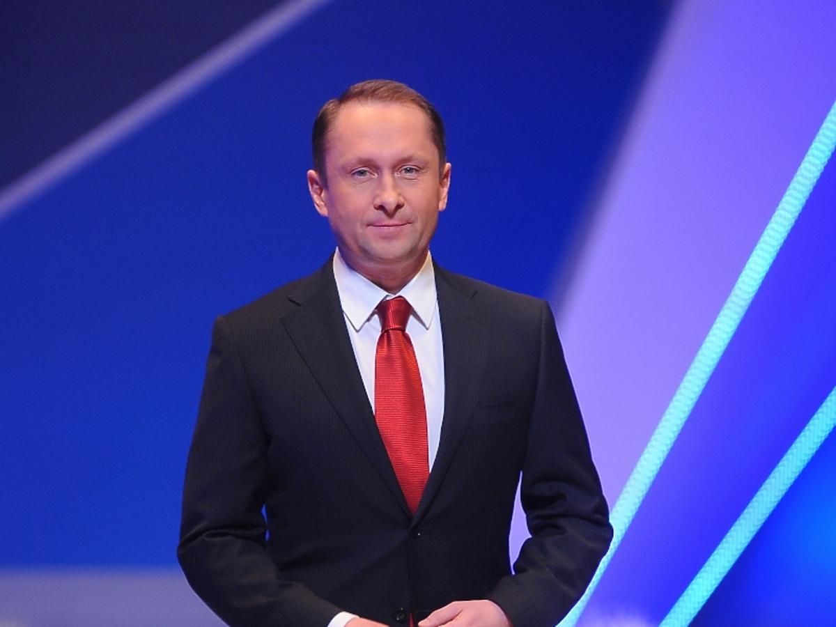 Kamil Durczok w garniturze
