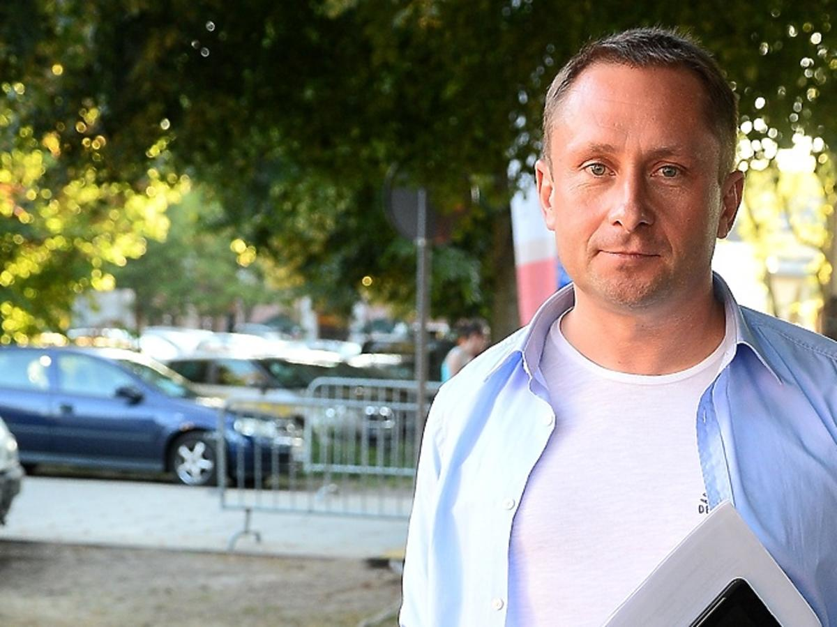 Kamil Durczok w niebieskiej koszuli