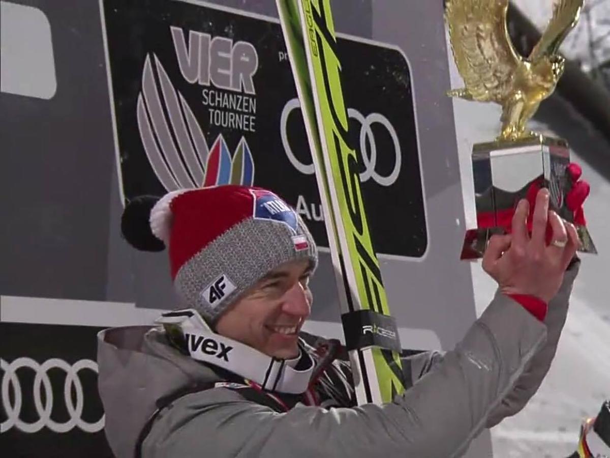 Kamil Stoch cieszy się z wygranej