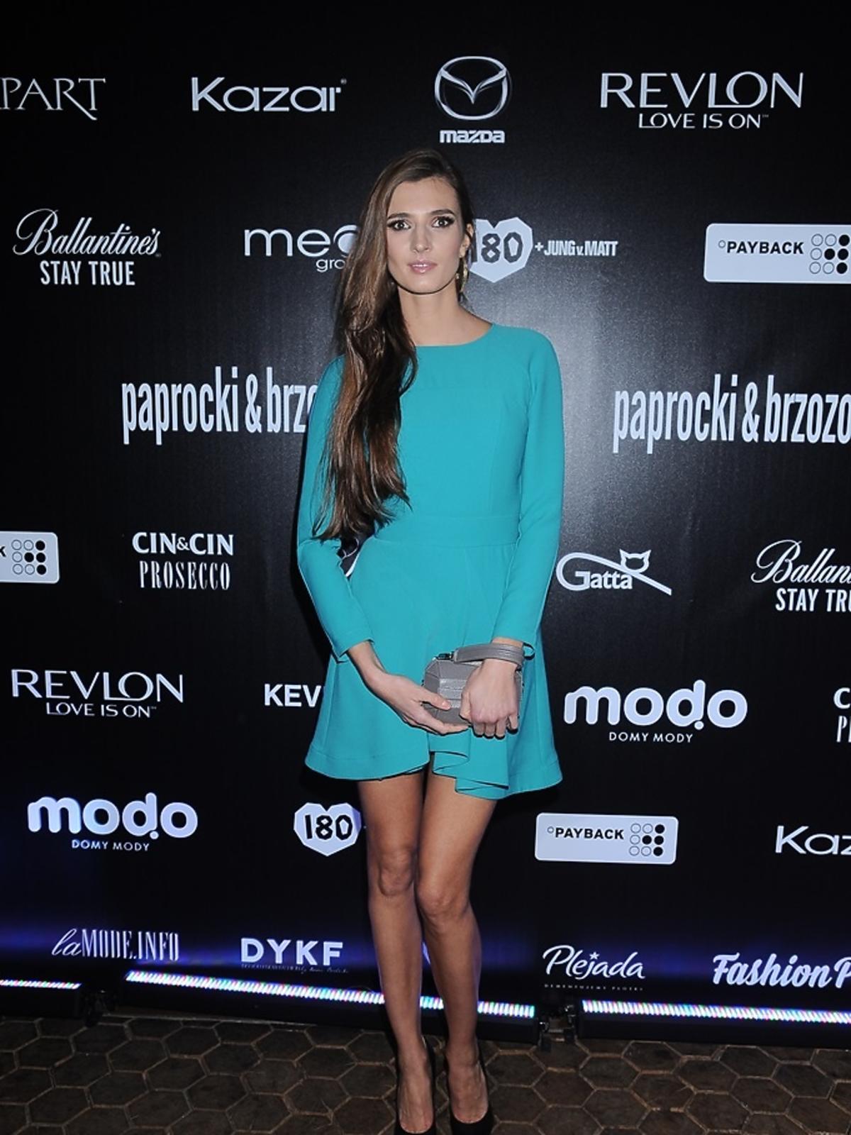 Kamila Szczawińska w niebieskiej sukience