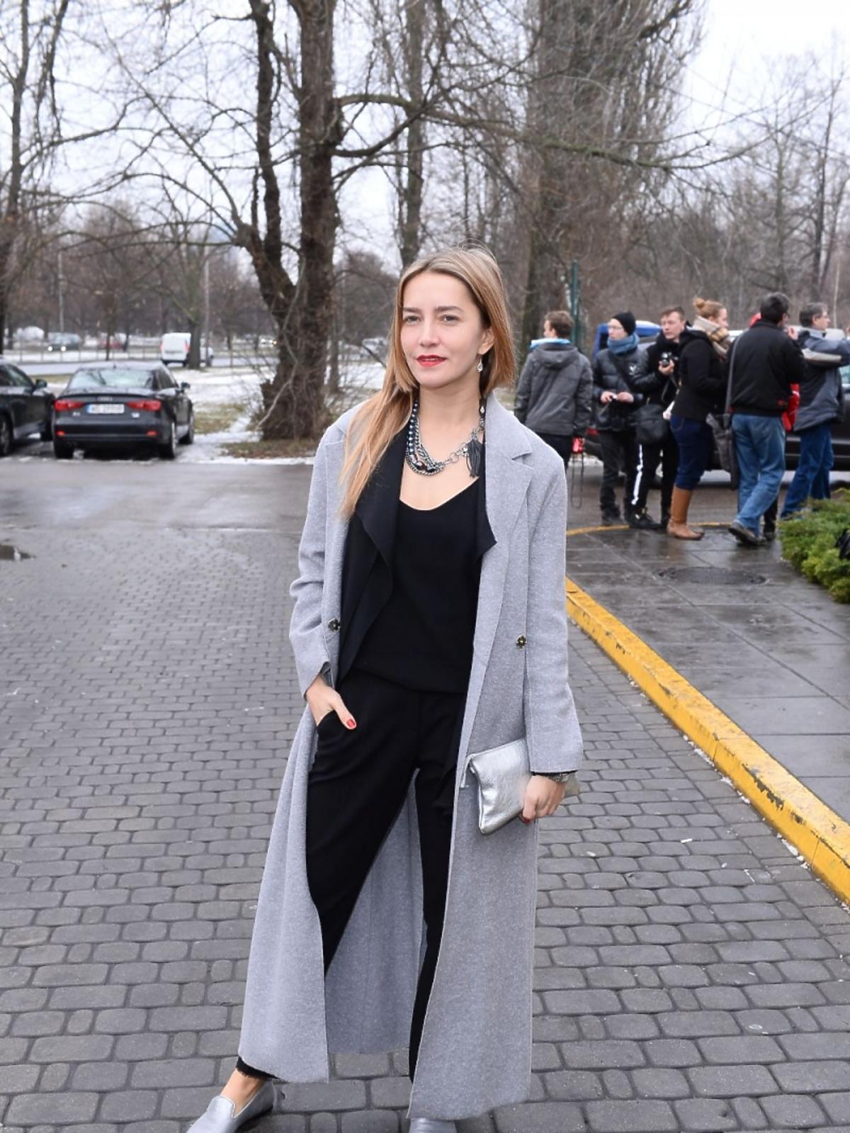 Kamilla Baar w szarym płaszczu