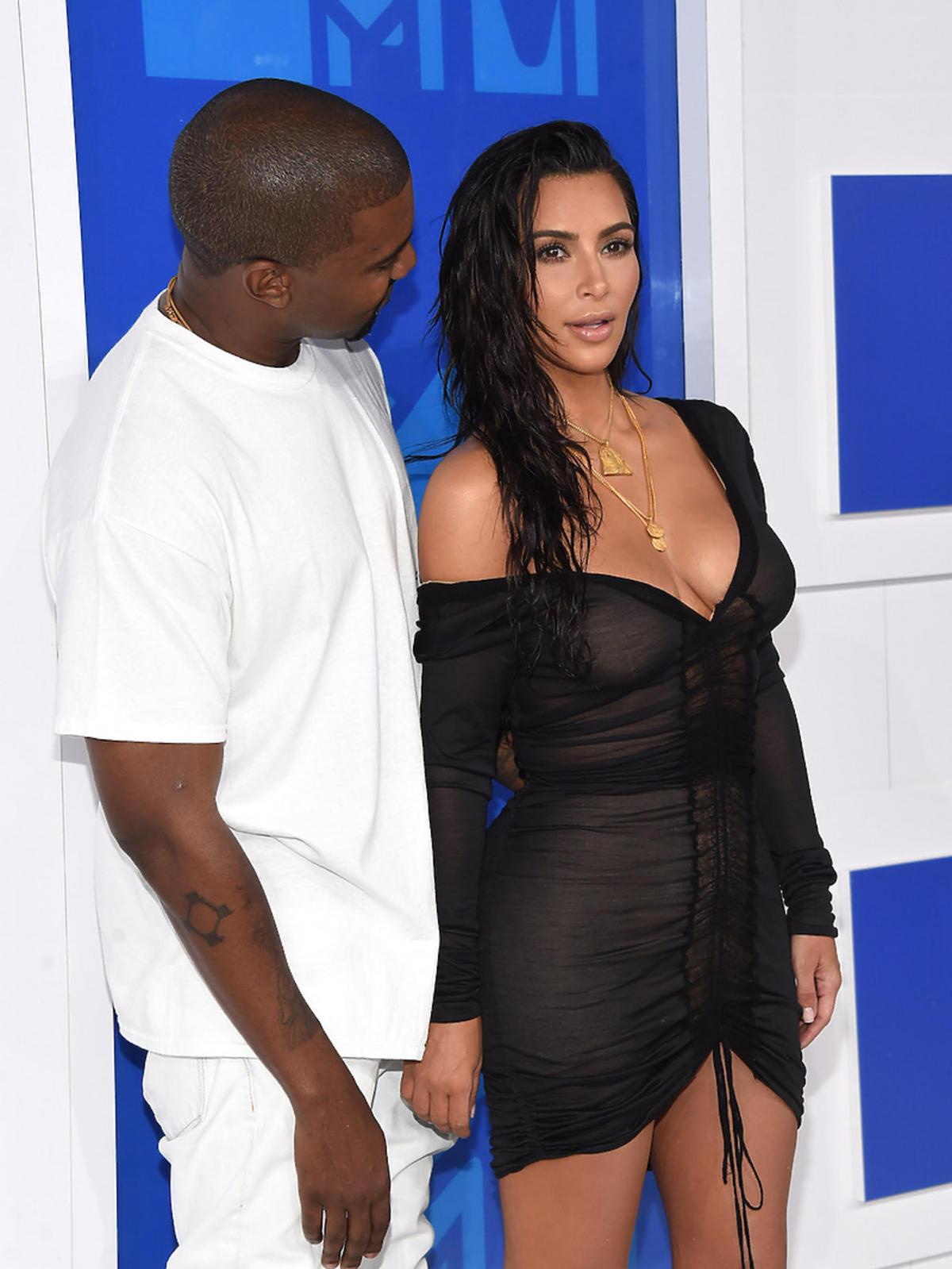 Kanye West w białej koszulce