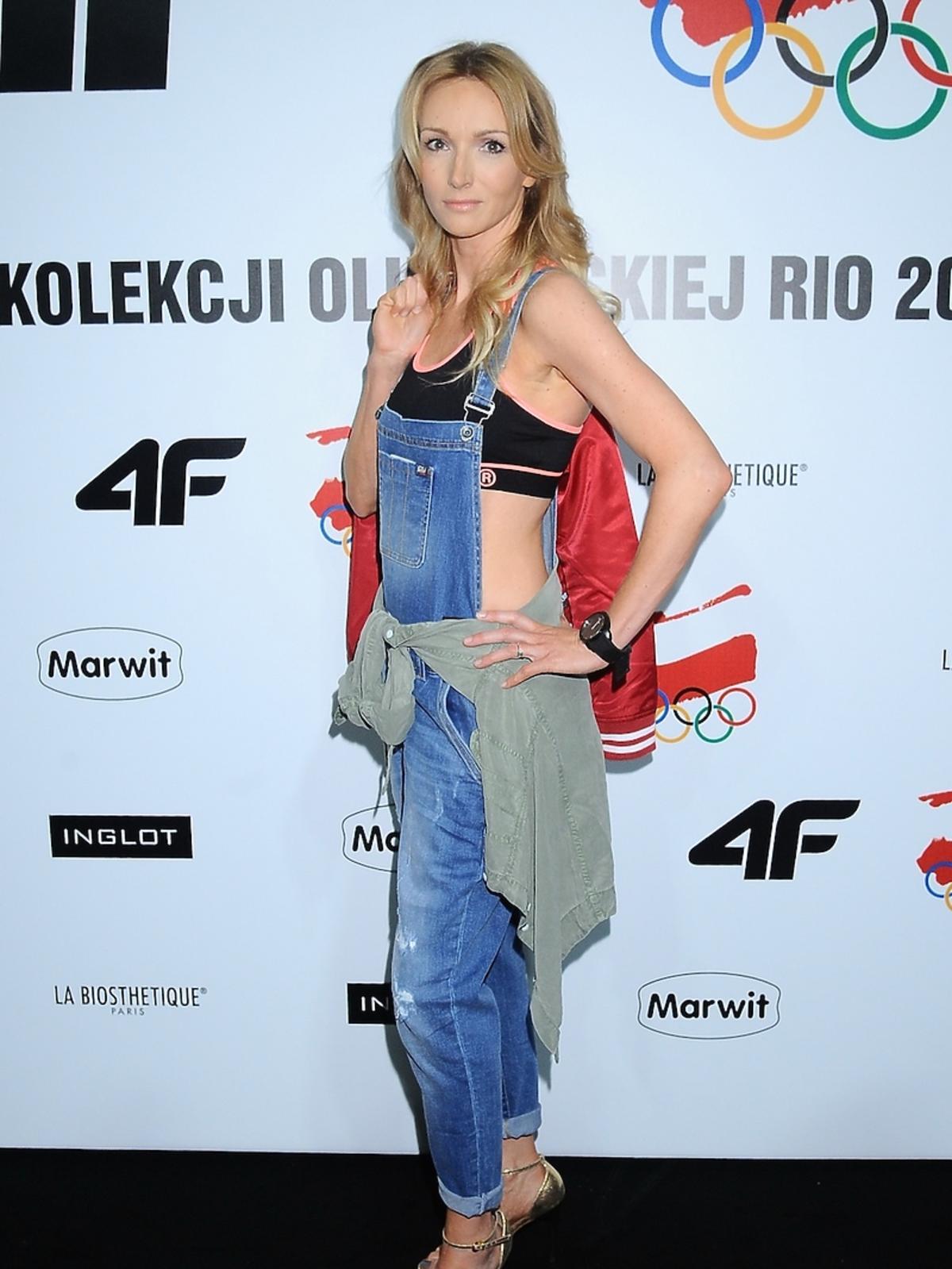 Karina Kunkiewicz w dżinsowych ogrodniczkach, sportowym topie z koszulą w talii