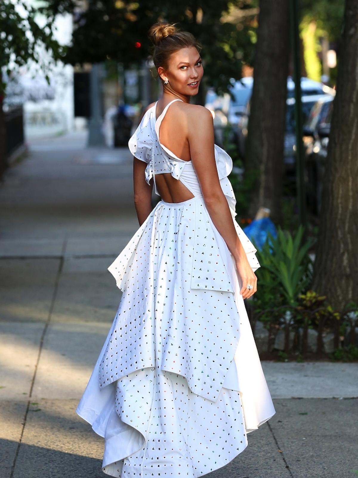 Karlie Kloss w białej sukience z falbanami