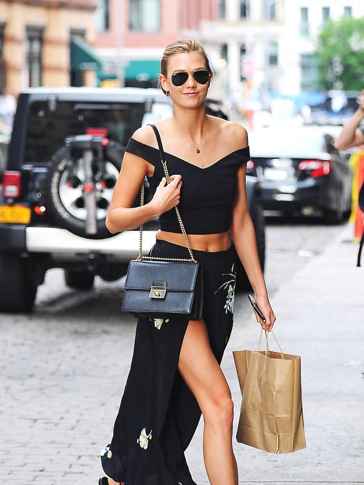 Karlie Kloss w czarnym topie i spódnicy spaceruje ulicami Nowego Jorku