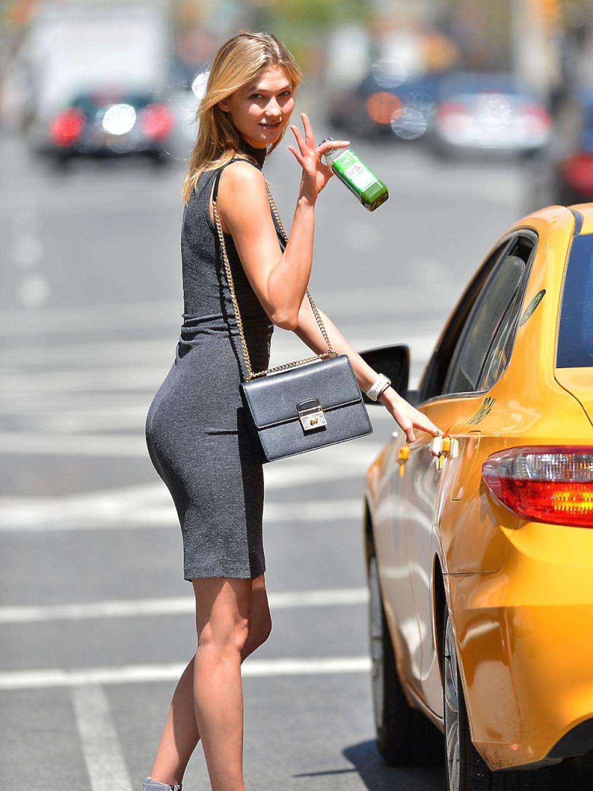 Karlie Kloss w sandałkach i minisukience wsiada do taksówki