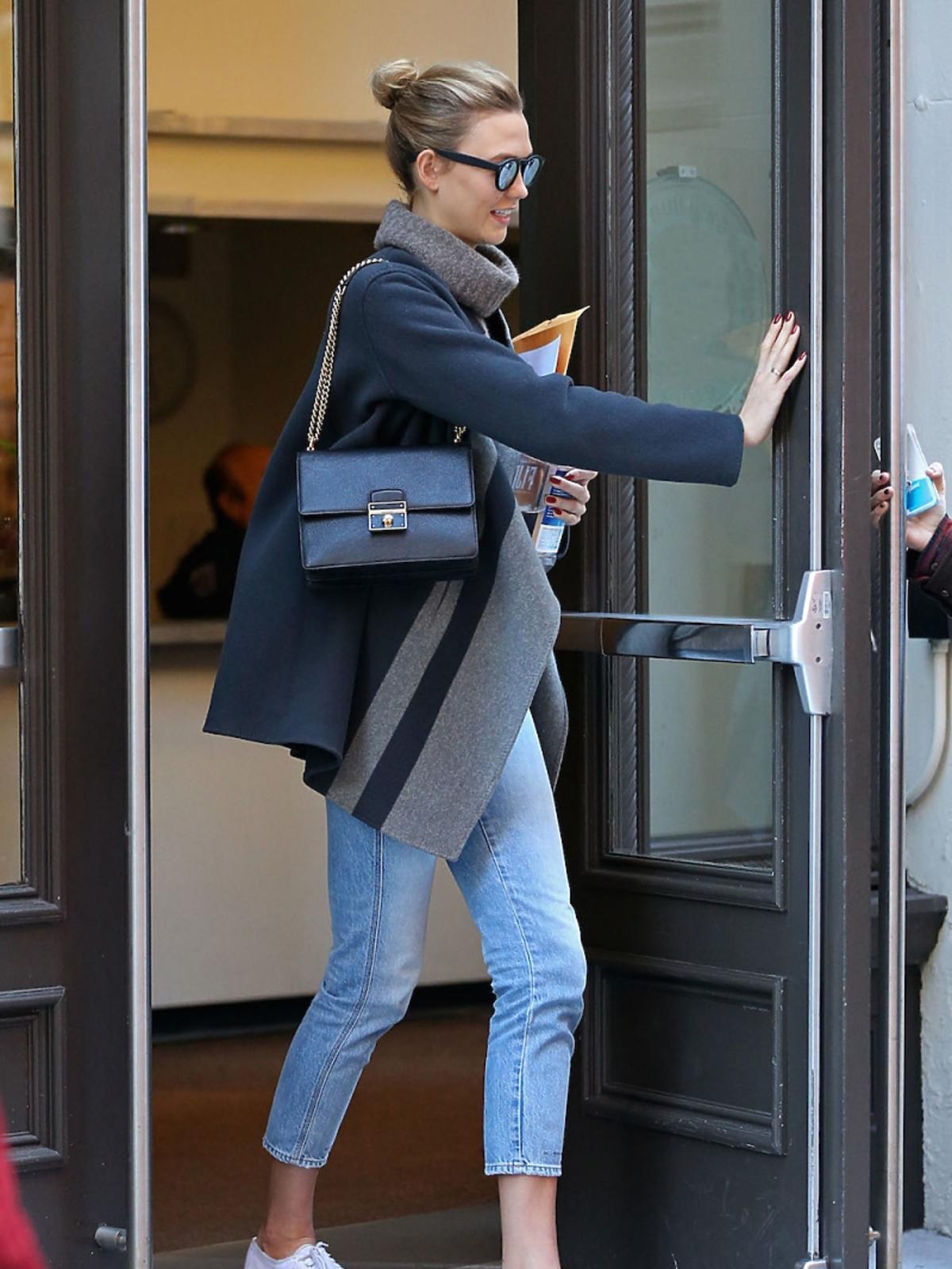 Karlie Kloss w sportowych butach, dżinsach i poncho