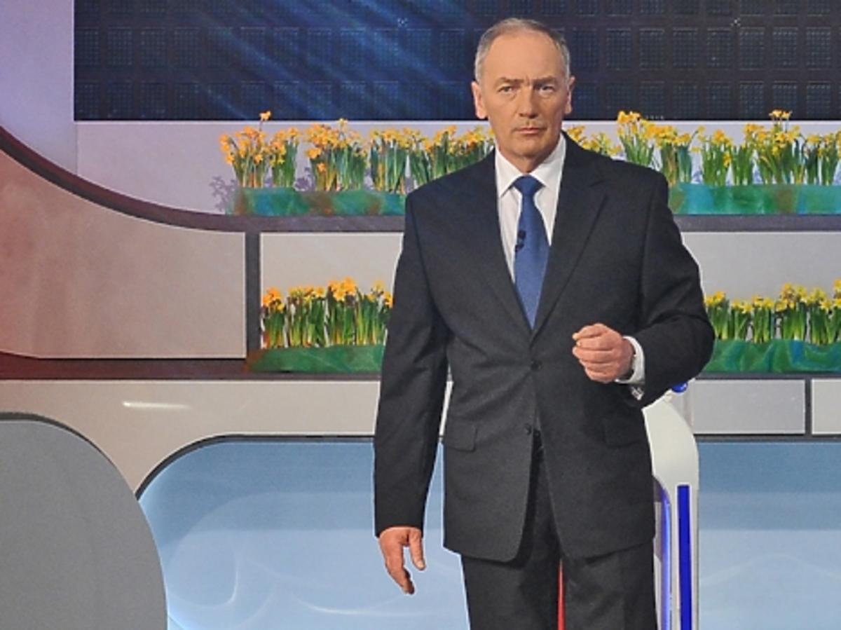 Karol Strasburger ciemny garniturze i niebieskim krawacie