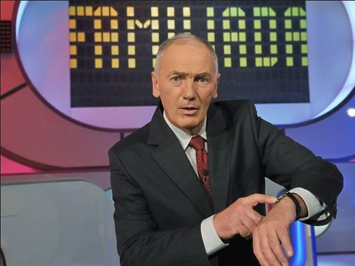 Karol Strasburger w teleturnieju Familiada patrzy na zegarek