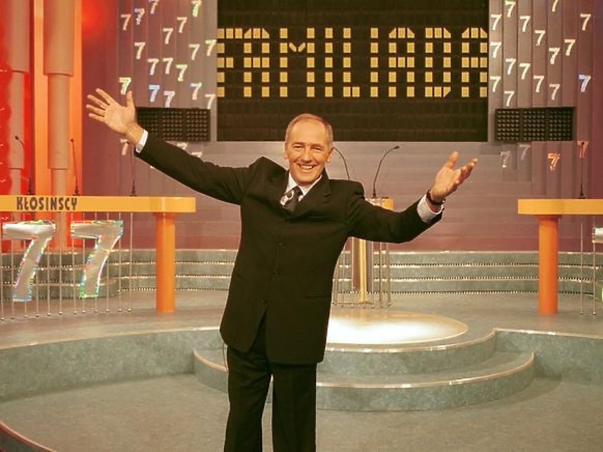 Karol Strasburger w teleturnieju Familiada w studiu programu na tle napisu Familiada