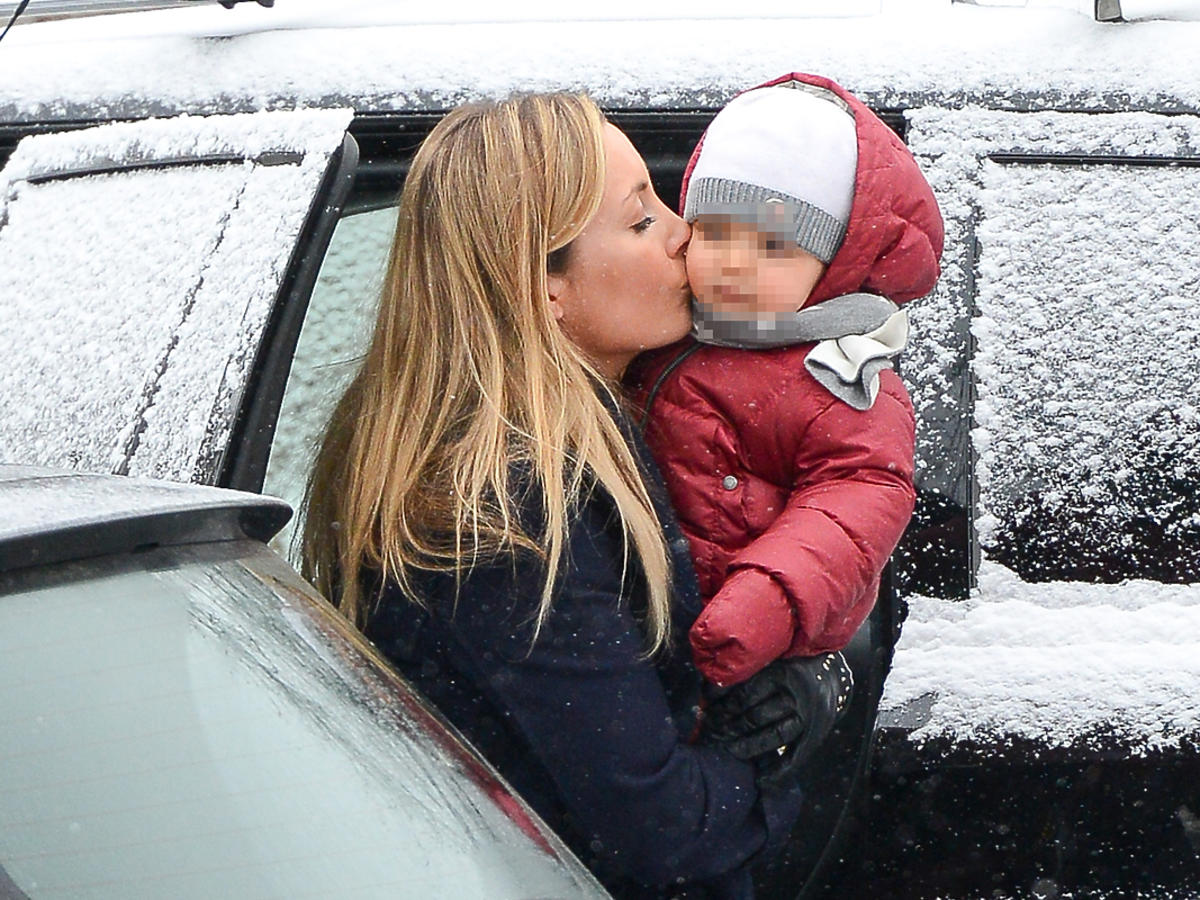 Karolina Ferenstein całuje dziecko