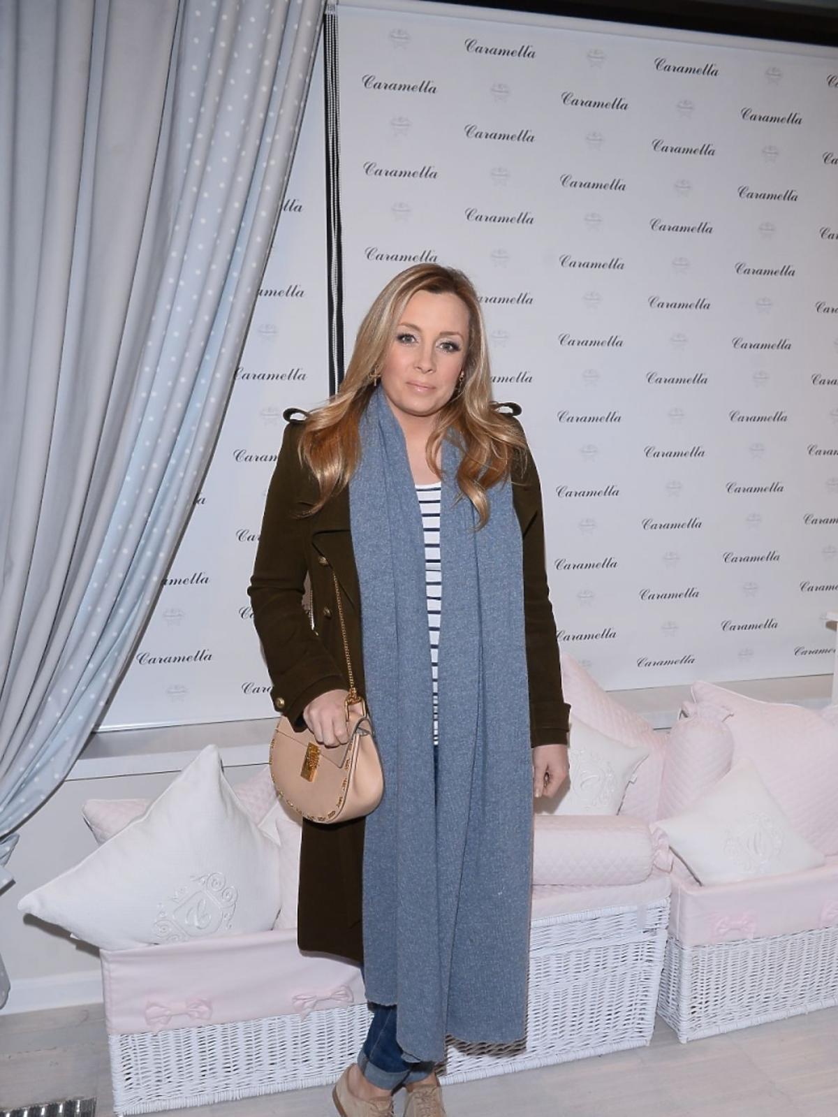 Karolina Ferenstein-Kraśko w niebieskim długim szaliku zakrywającym brzuch