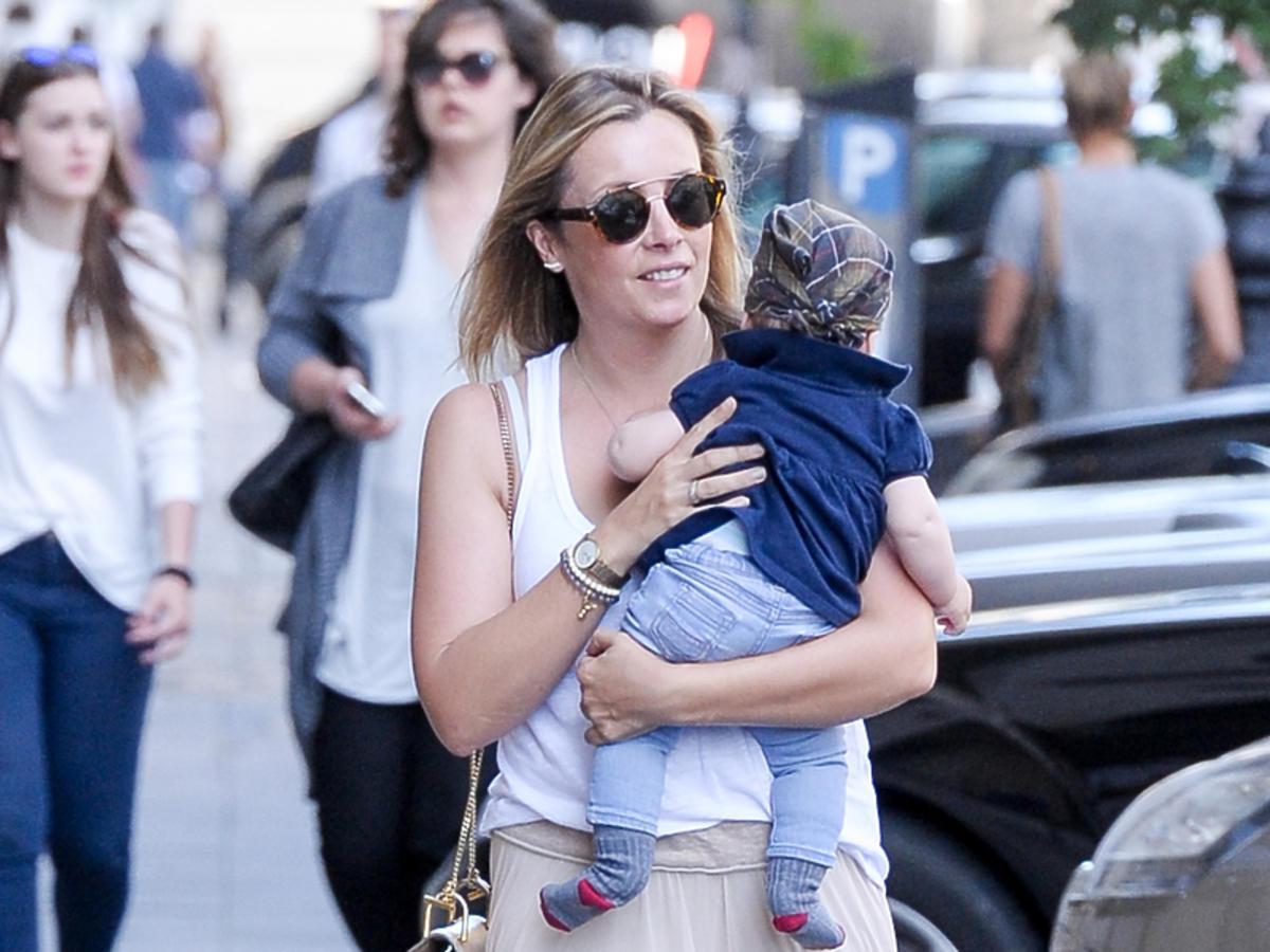Karolina Ferenstein-Kraśko z córeczką Laurą na spacerze