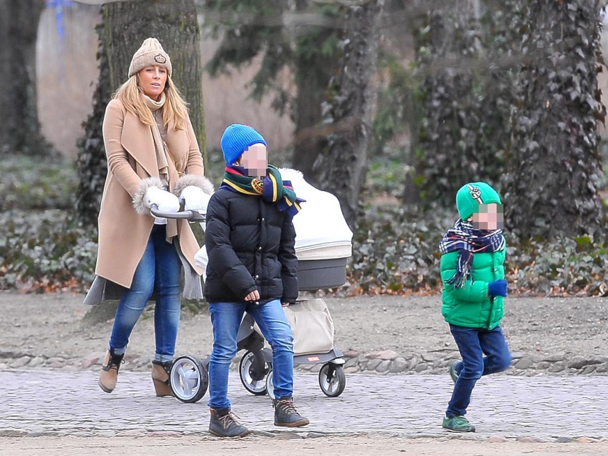 Karolina Ferenstein-Kraśko z dziećmi na spacerze