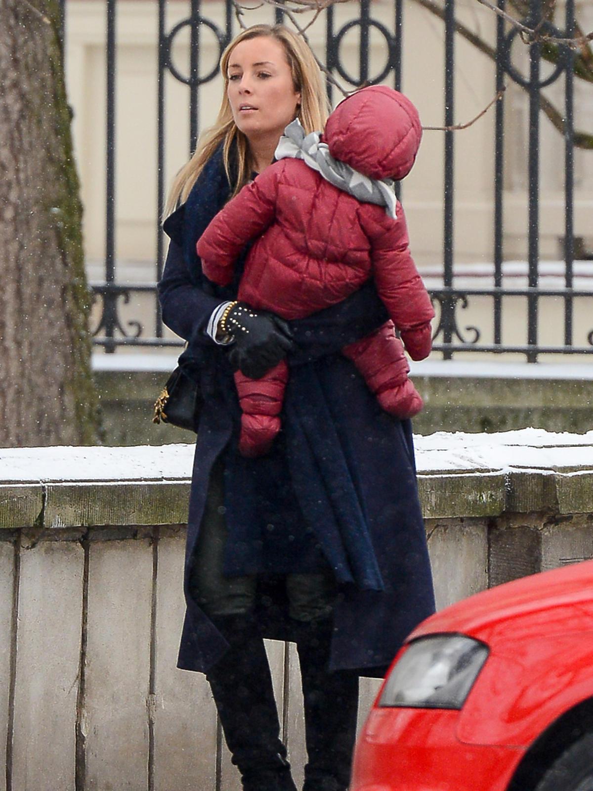 Karolina Ferenstein w czarnym płaszczu