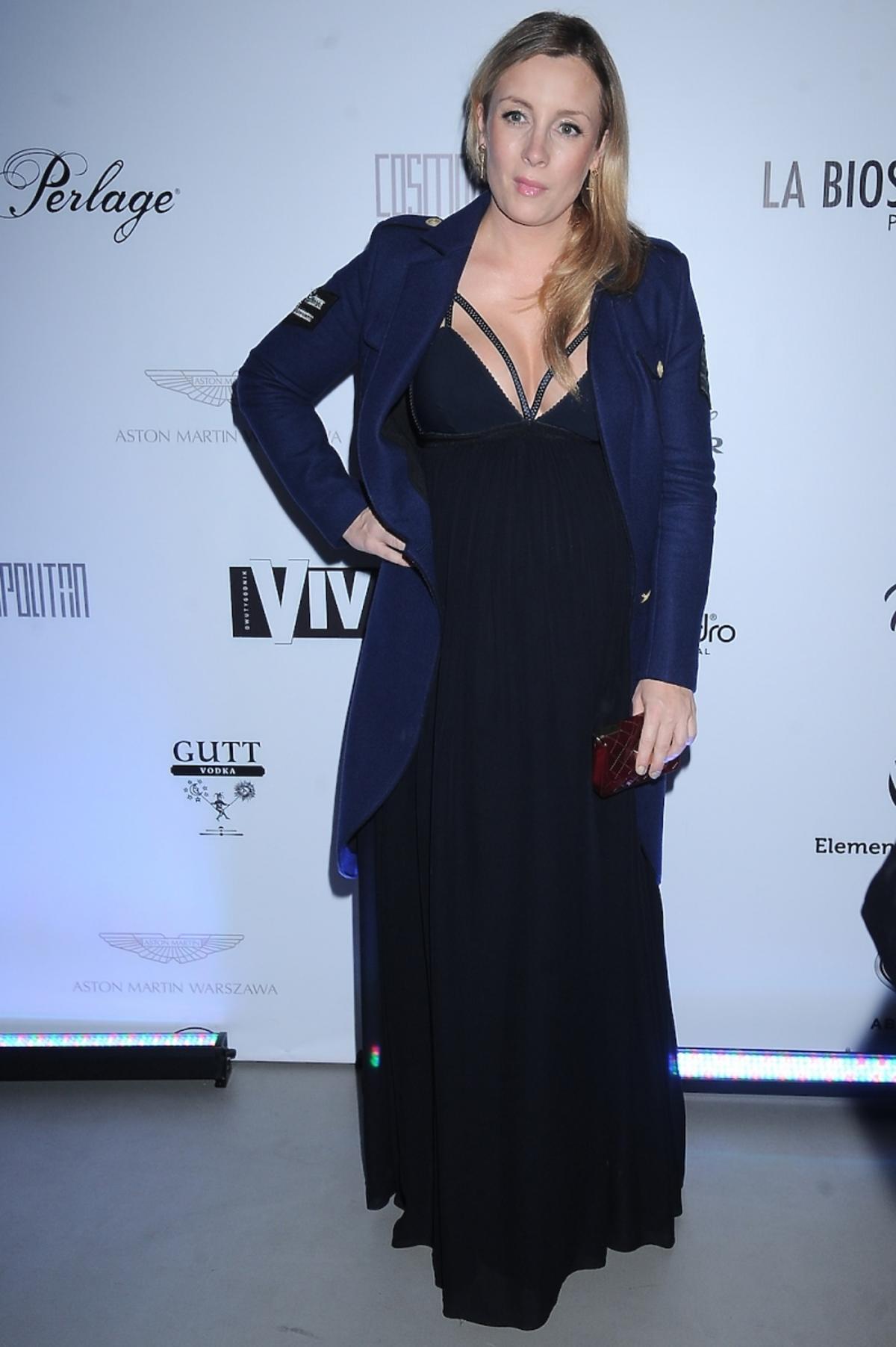 Karolina Ferenstein w granatowym płaszczu i długiej czarnej sukience