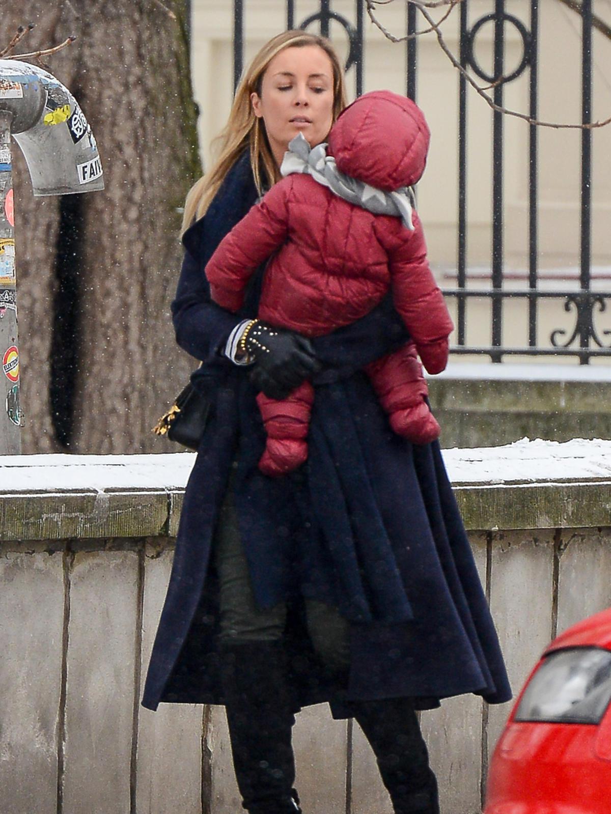 Karolina Ferenstein z dzieckiem na rękach