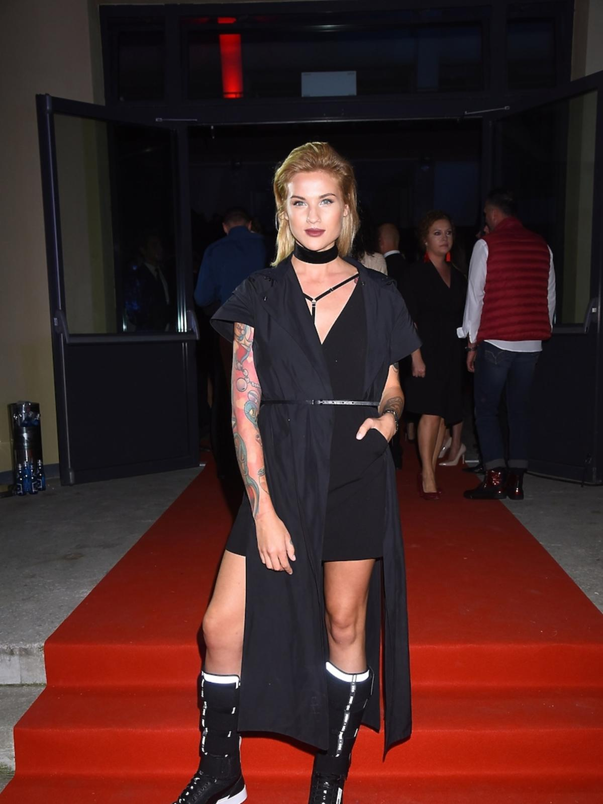Karolina Gilon w czarnej stylizacji z butami wysokimi