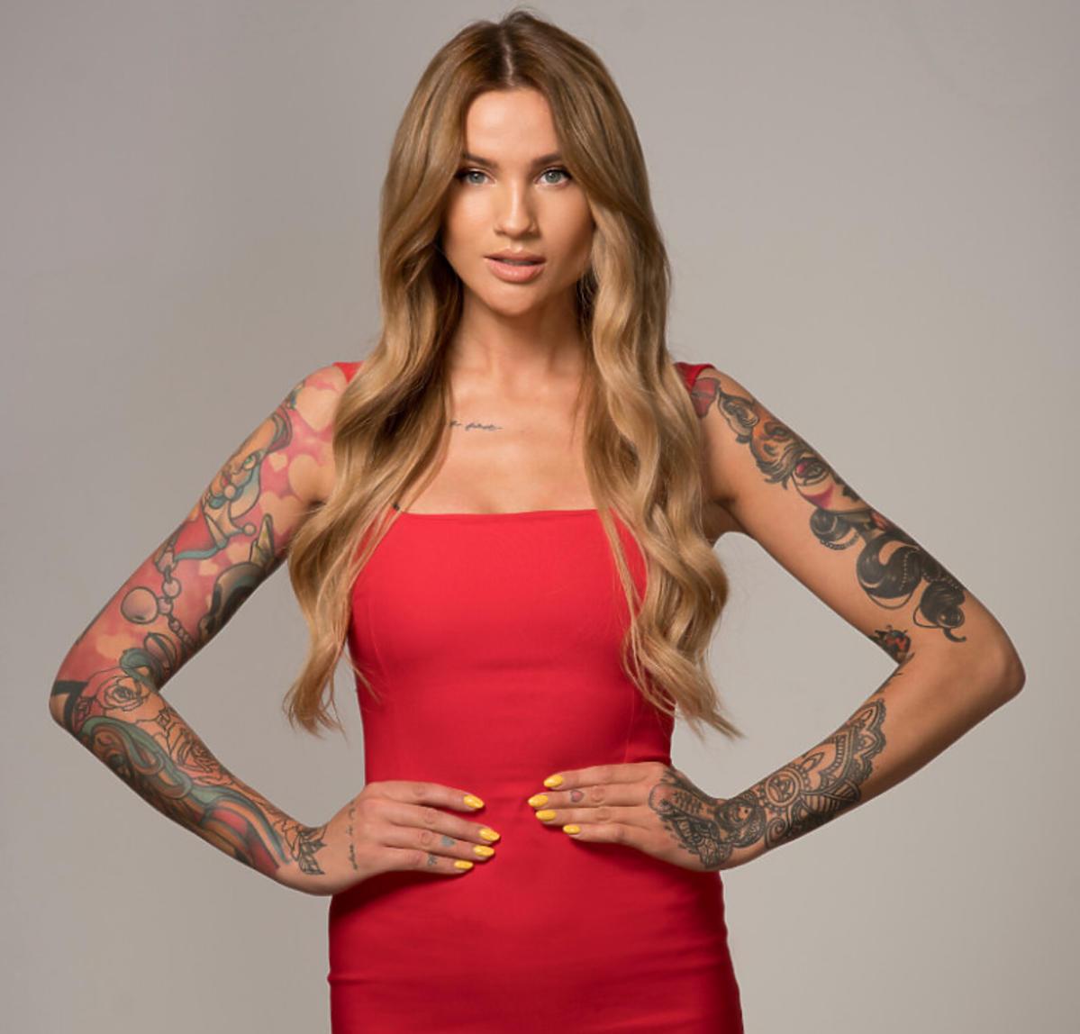 Karolina Gilon w czerwonej sukience