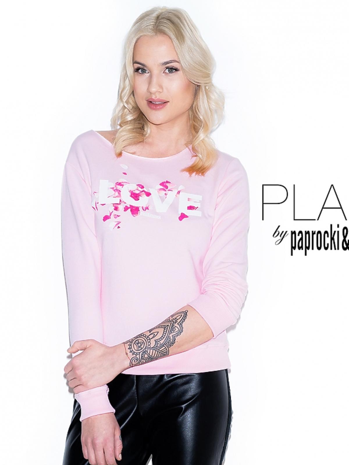 Karolina Gilon w różowej bluzie