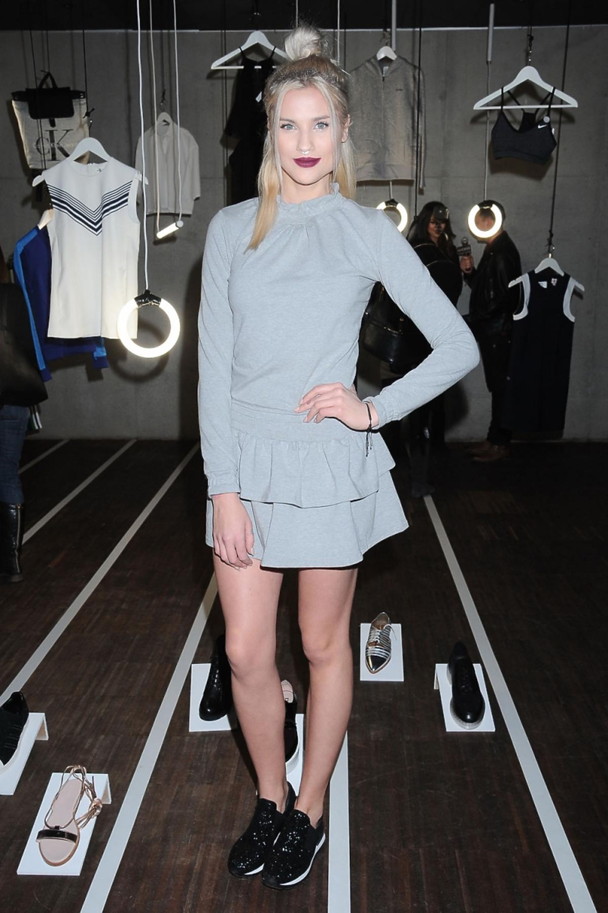 Karolina Gilon w szarej sukience