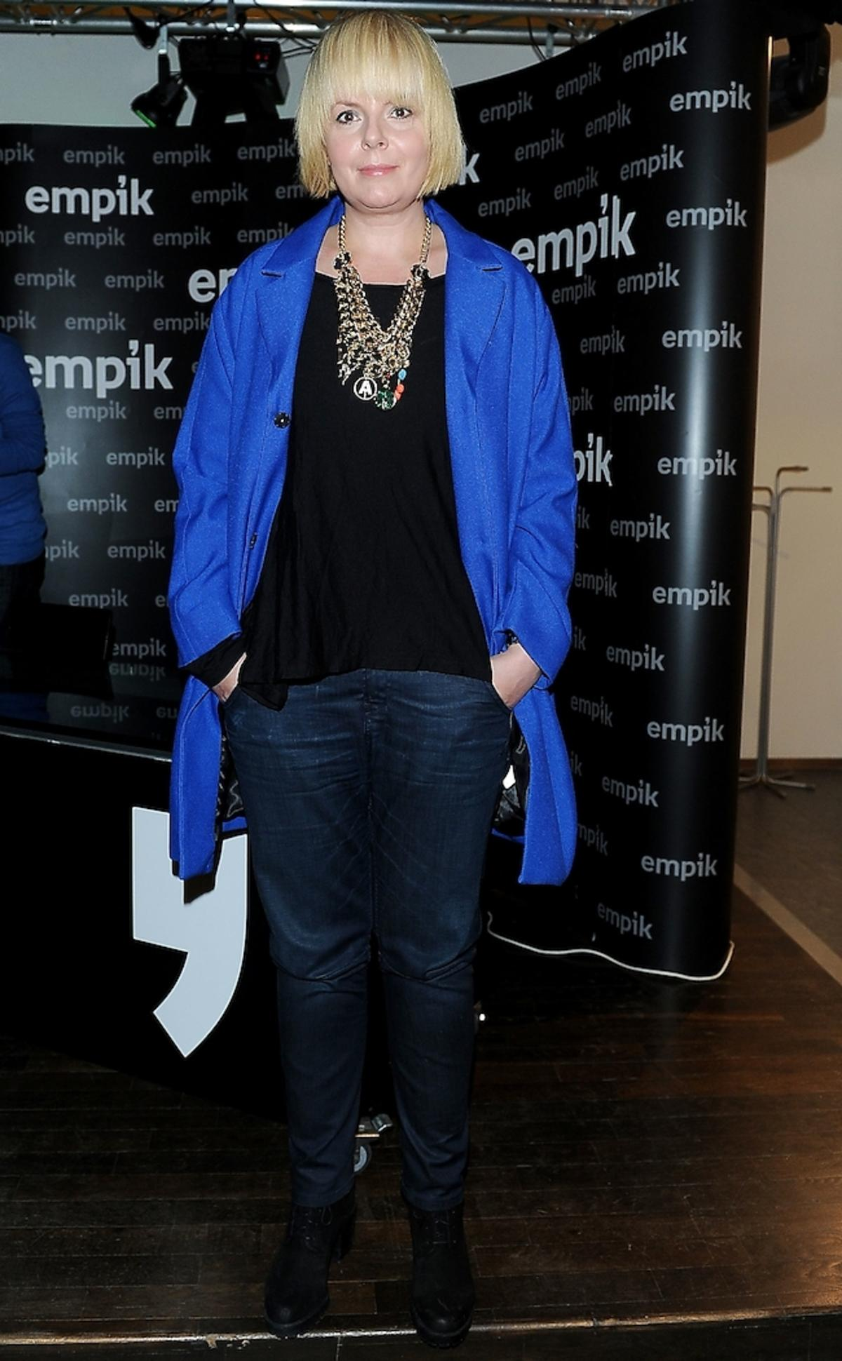 Karolina Korwin Piotrowska w niebieskim płaszczu