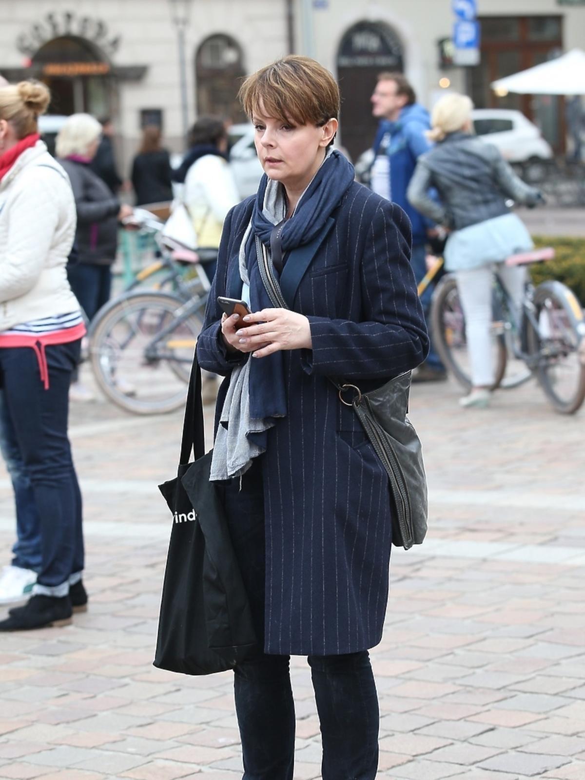 Karolina Korwin Piotrowska w płaszczu
