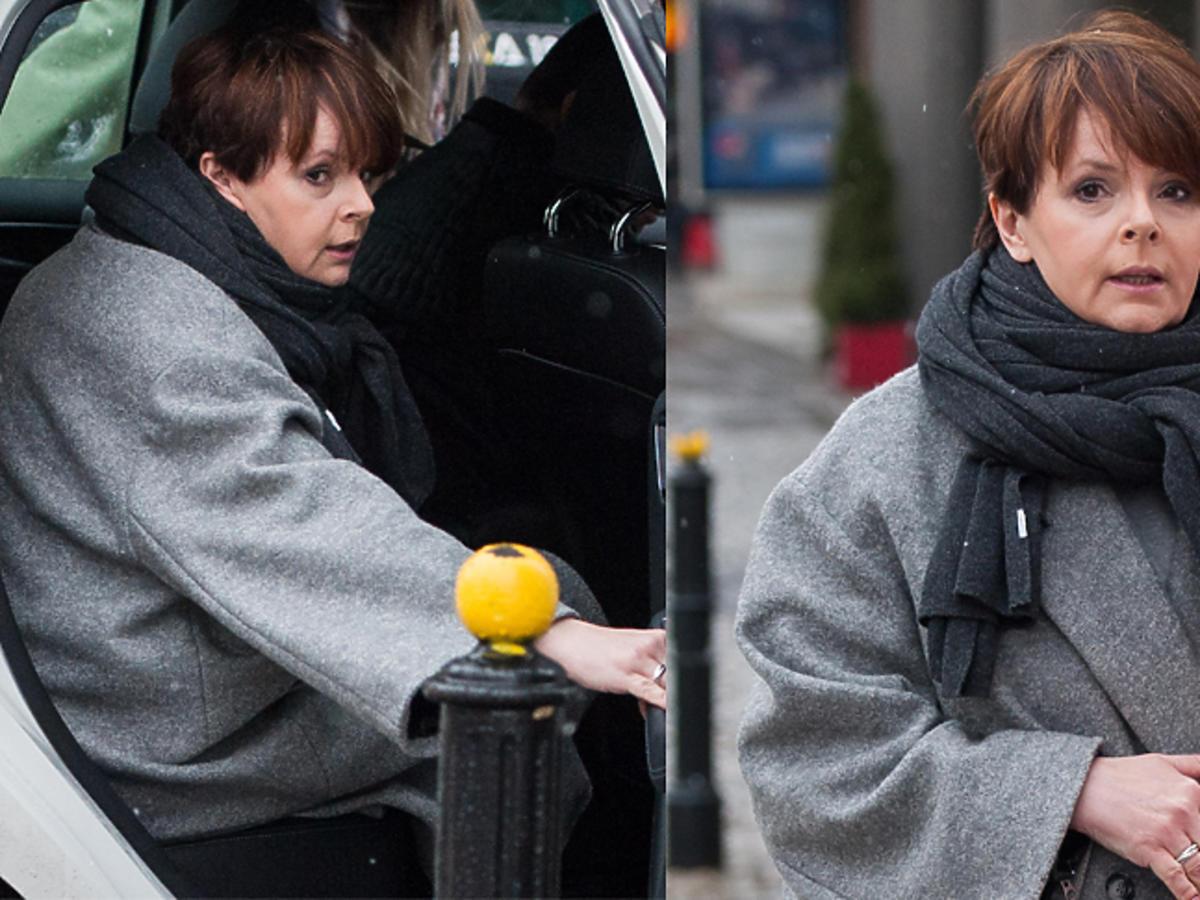 Karolina Korwin Piotrowska w szarym płaszczu