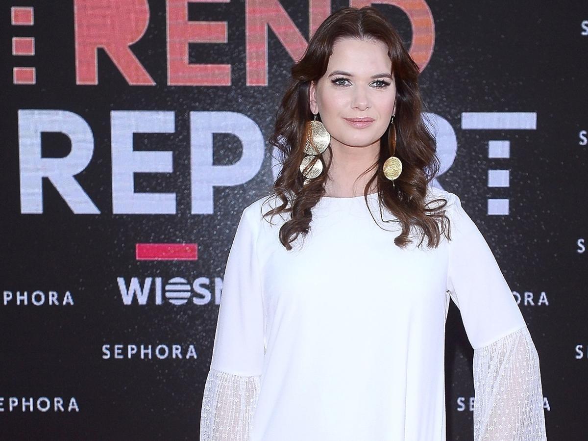 Karolina Malinowska w białej sukience