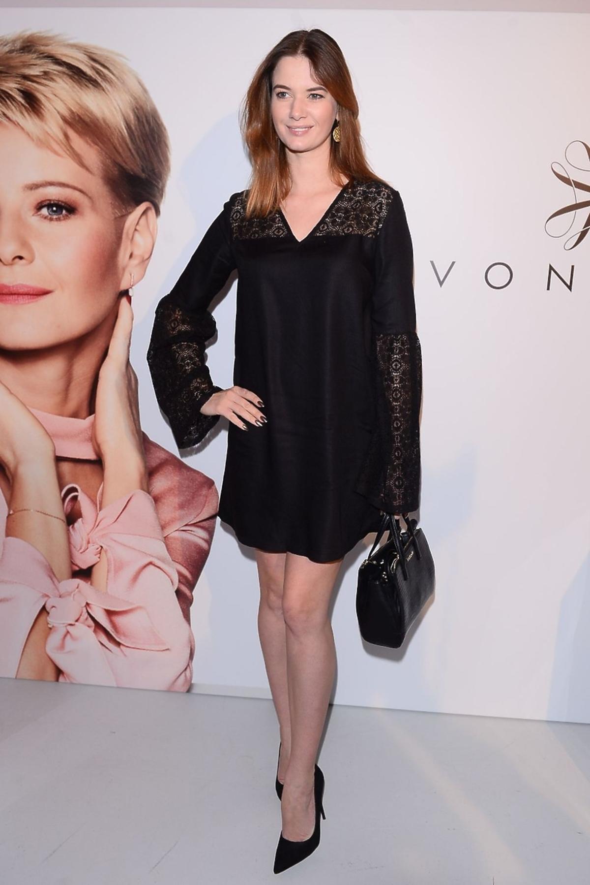 Karolina Malinowska w czarnej sukience