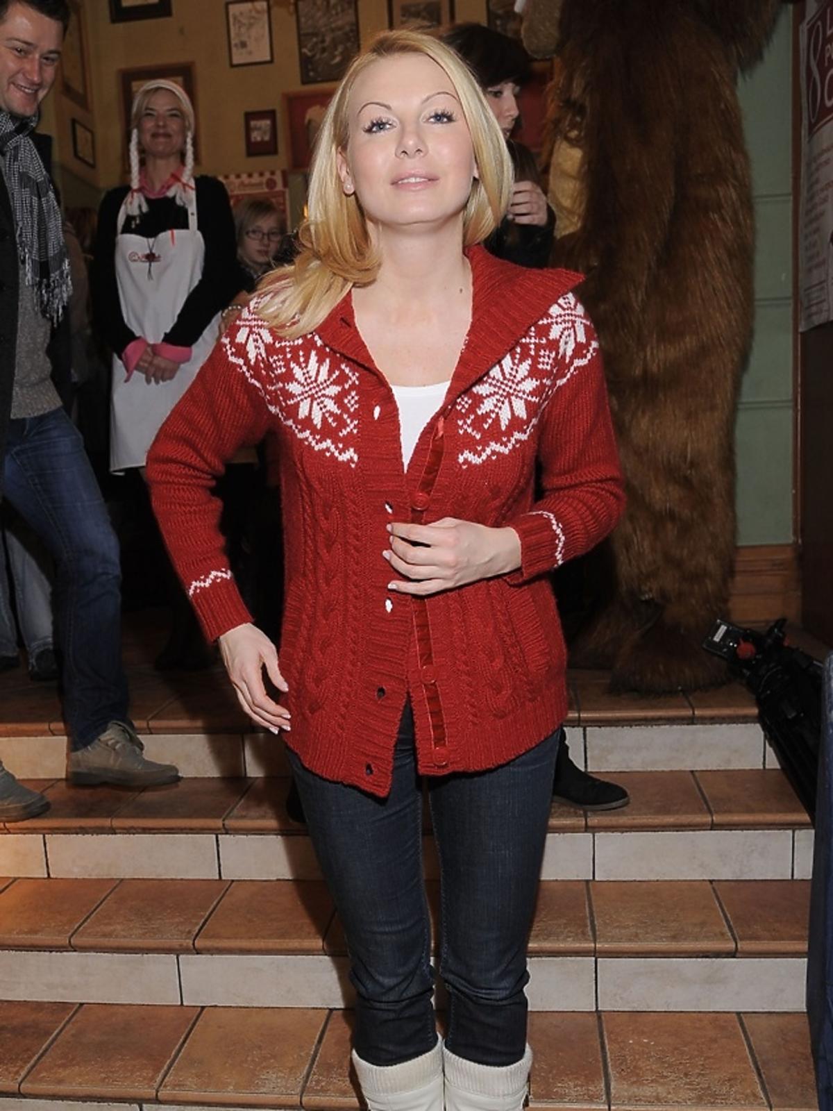 Karolina Nowakowska w świątecznym swetrze