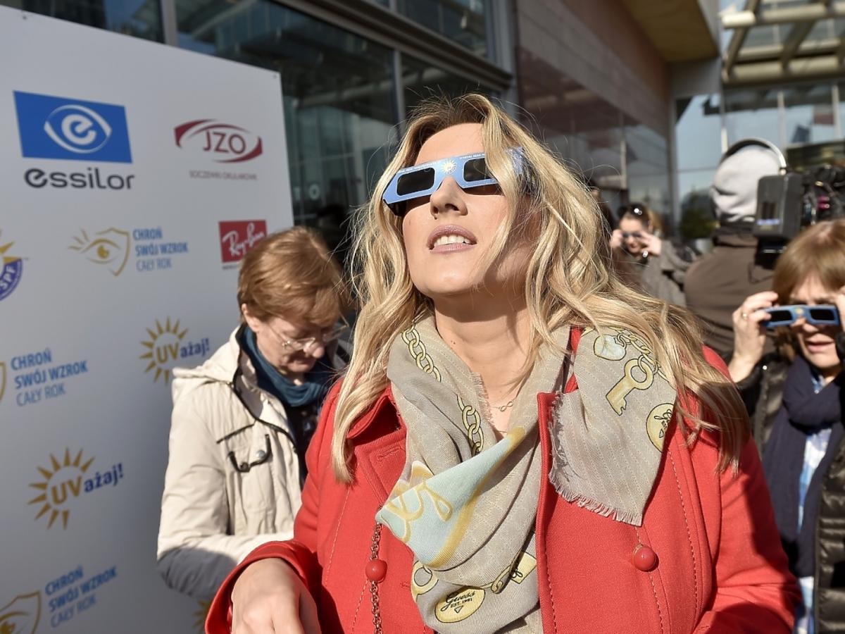 Karolina Szostak ogląda zaćmienie słońca