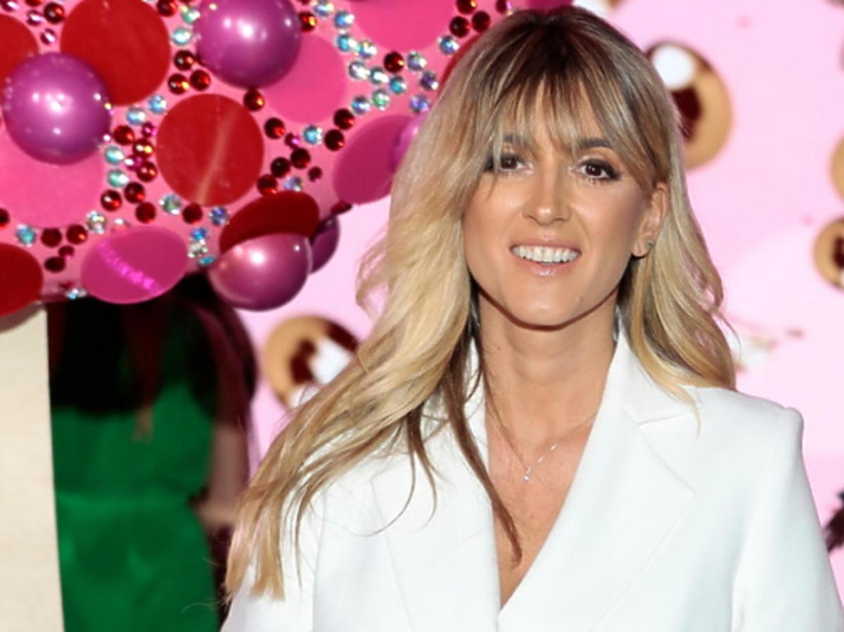 Karolina Szostak w białej stylizacji na imprezie